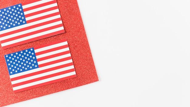 Usa drapeaux sur un morceau de velours rouge Photo gratuit