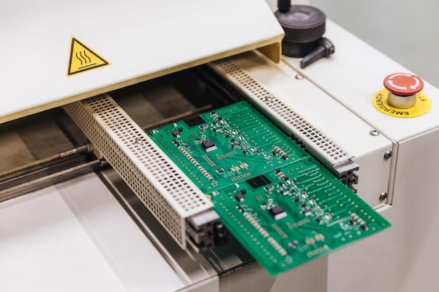 Usine de micropuce de production. production de composants électroniques ou informatiques Photo Premium