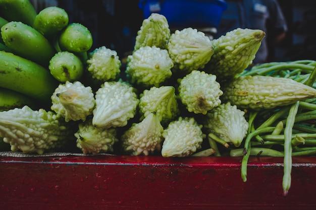 Usine d'oeufs, concombres et gourde amère dans un marché en inde Photo gratuit