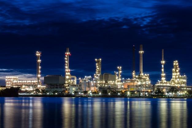 Usine de raffinage de pétrole au crépuscule Photo Premium