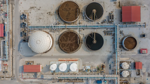 Usine de traitement des eaux usées, recyclage de l'eau à la station d'épuration, vue aérienne. Photo Premium