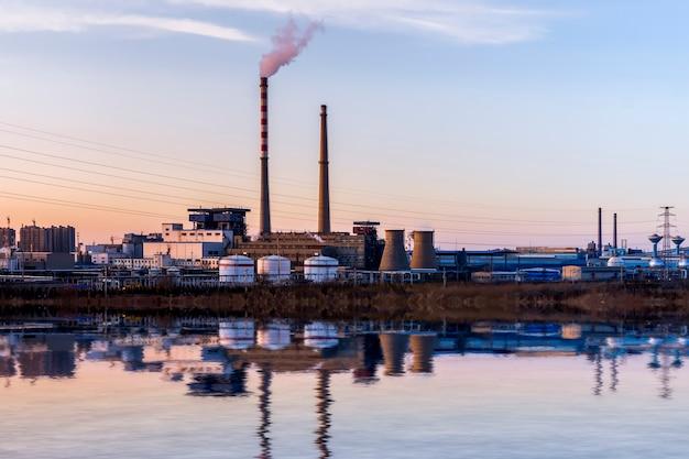 Usines chimiques au coucher du soleil Photo Premium
