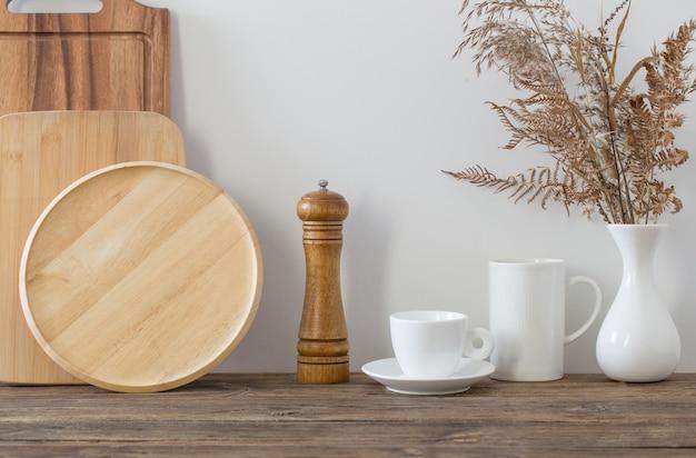 Ustensiles De Cuisine Sur étagère En Bois Dans La Cuisine Blanche Photo Premium