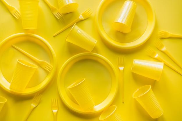 Ustensiles de pique-nique jetables jaunes Photo Premium