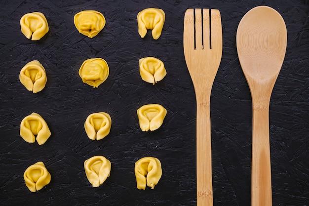 Ustensiles près de pâtes farcies Photo gratuit