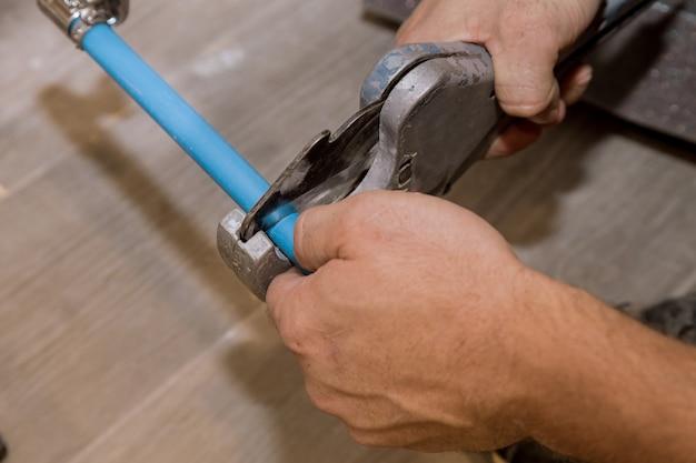 Utilisation D'un Cutter Pour Les Tuyaux En Plastique Pour Réparer Les Canalisations D'eau Domestiques Photo Premium