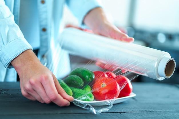 Utilisation D'un Film Alimentaire Pour Le Stockage Des Aliments Dans Le Réfrigérateur Photo Premium