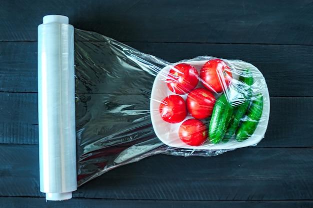 Utilisation D'un Film Alimentaire Pour Le Stockage Des Légumes Au Réfrigérateur. Vue De Dessus Photo Premium