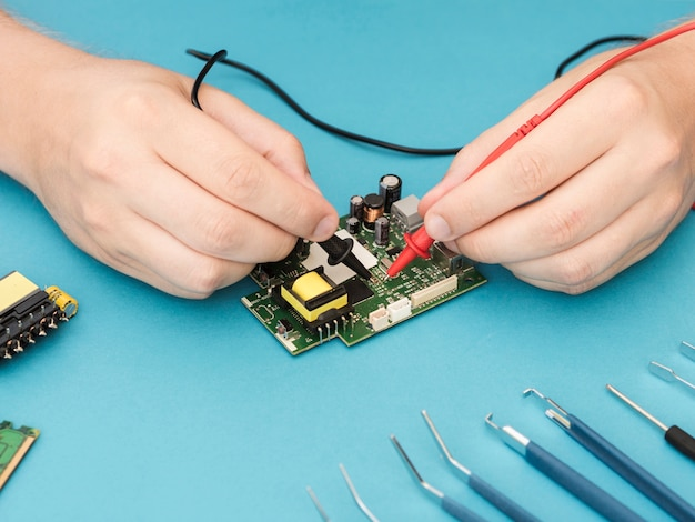 Utiliser un multimètre pour diagnostiquer un circuit Photo gratuit