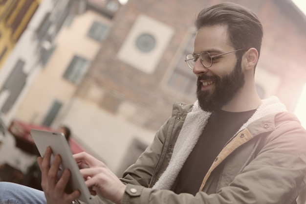 Utiliser une tablette dans la rue Photo Premium