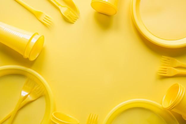 Utilisez des ustensiles de pique-nique pour le recyclage en jaune. Photo Premium