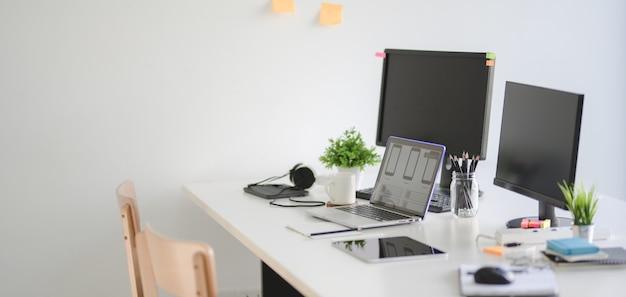 Ux Web Developer Team équipe De Travail Et Ordinateur Portable Moderne Photo Premium