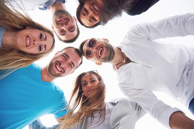 Vacances D'été, Des Gens Heureux - Un Groupe D'adolescents Regardant Vers Le Bas Avec Un Sourire Heureux Sur Son Visage. Photo gratuit