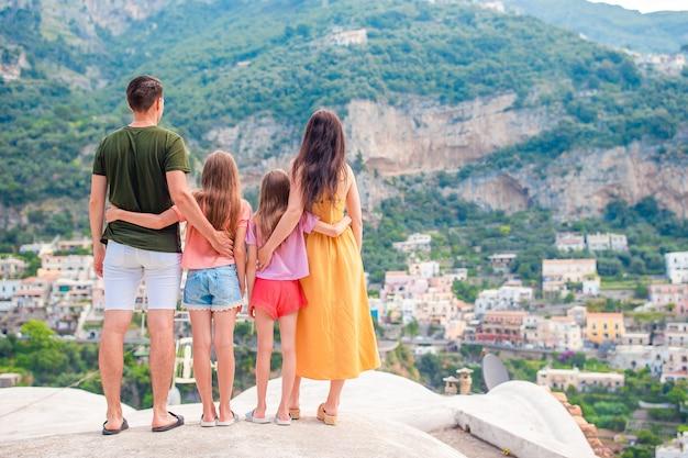 Vacances d'été en italie, jeune femme dans le village de positano sur la scène, côte amalfitaine, italie Photo Premium