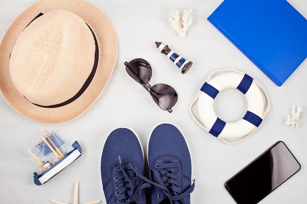 Vacances d'été, voyage, concept de tourisme plat poser. beach, accessoires urbains décontractés pour hommes Photo Premium