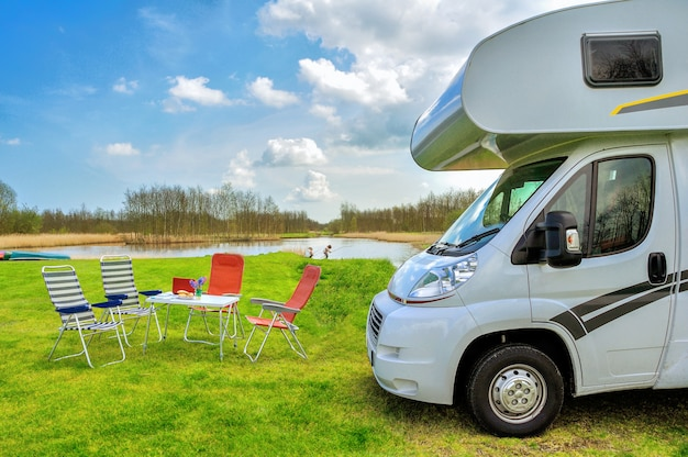 Vacances En Famille, Concept De Voyage En Camping-car, Voyage En Camping-car, Table Et Chaises Dans Un Camping De Vacances Photo Premium
