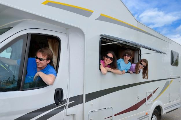 Vacances En Famille, Voyage En Camping-car Avec Des Enfants, Des Parents Heureux Avec Des Enfants S'amusent En Vacances En Camping-car Photo Premium