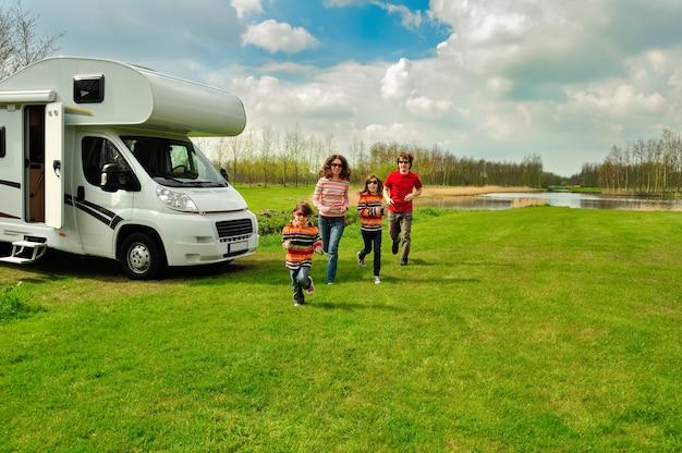 Vacances En Famille, Voyage En Camping-car Avec Des Enfants, Des Parents Heureux Avec Des Enfants S'amusent En Voyage De Vacances En Camping-car Photo Premium