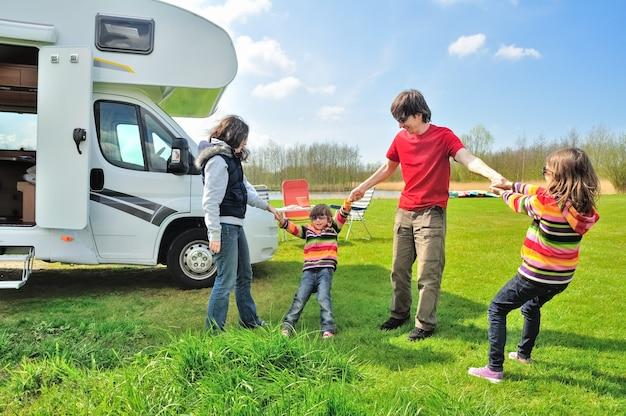 Vacances En Famille, Voyage En Camping-car Avec Enfants, Parents Heureux Avec Enfants En Voyage En Camping-car Photo Premium