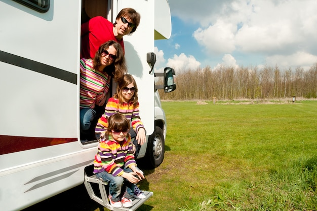 Vacances En Famille, Voyage En Véhicule De Plaisance Avec Des Enfants, Parents Heureux Avec Des Enfants En Vacances Dans Un Camping-car Photo Premium