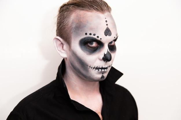 Vacances D'halloween, Portrait D'un Homme Avec Du Maquillage. Photo Premium