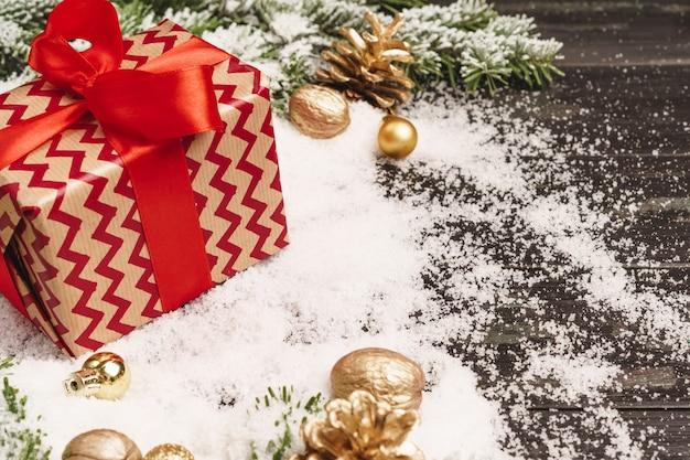 Vacances D'hiver Avec Cadeau Emballé Et Fond Photo Premium