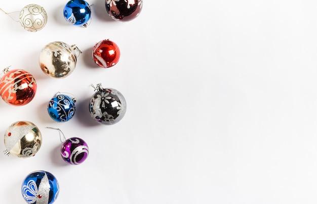 Vacances De Noël Balles Rondes Nouvel An Sur Blanc Photo gratuit