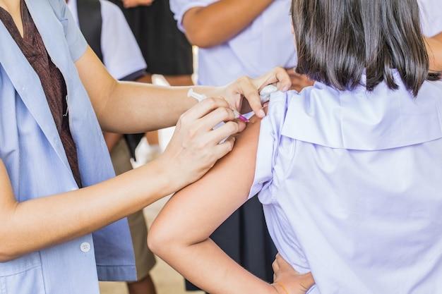 Vaccination contre le cancer du col de l'utérus pour les étudiantes à l'école primaire en thaïlande. Photo Premium