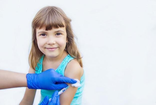 Vaccination des enfants. une injection. mise au point sélective. Photo Premium