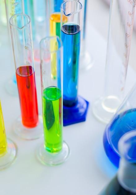 Vacutainer ou tube à essai en laboratoire sur table Photo Premium
