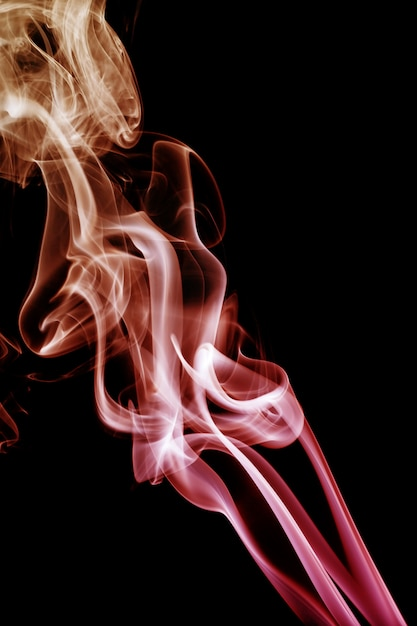 Vague et fumée de différentes couleurs sur fond noir Photo Premium