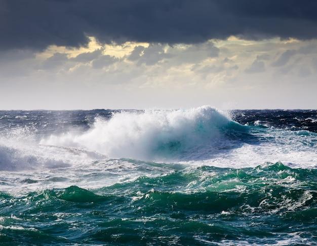Vague de mer pendant la tempête Photo gratuit