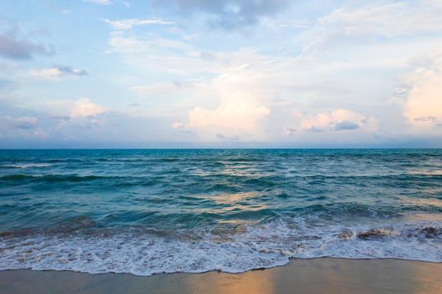 Vague de la mer sur la plage de sable et beau ciel Photo Premium