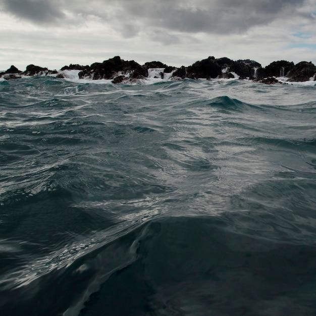 Vagues déferlant sur la côte, playa ochoa, île de san cristobal, îles galapagos, équateur Photo Premium