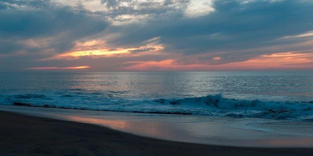 Vagues déferlant sur la côte, sayulita, nayarit, mexique Photo Premium