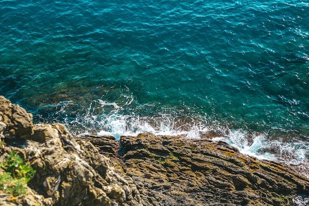 Vagues de la mer au bord de la mer Photo Premium