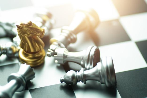 Vainqueur du plateau d'échecs, victoire du roi de la victoire en or dans une compétition commerciale réussie Photo Premium
