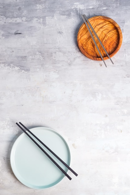 Vaisselle rustique, bols en bois et assiettes en céramique Photo Premium