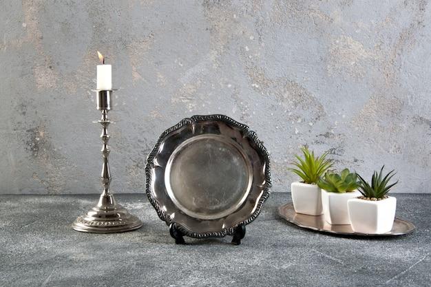 Vaisselle vintage en argent sur fond de béton Photo Premium