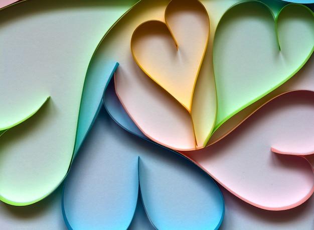 Valentin Abstrait Avec Des Coeurs Colorés De Papier Découpé Sur Blanc. Photo Premium