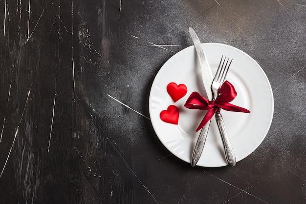 Valentin dîner de table romantique dîner en mariage avec assiette Photo gratuit