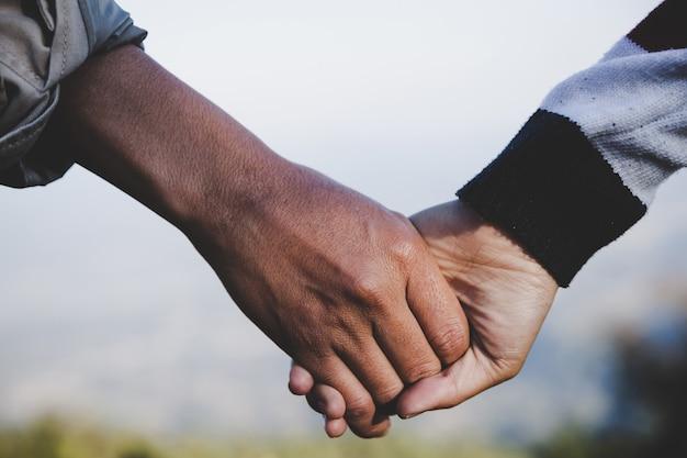 Valentine couples marchant main dans la main, a promis de prendre soin les uns des autres avec amour Photo gratuit