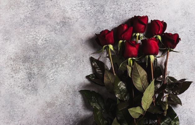 Valentines cadeaux fête des mères fête des mères rose rouge surprise sur gris Photo gratuit