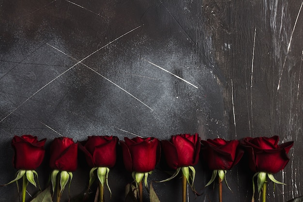 Valentines cadeaux fête des mères fête des roses rouges cadeau surprise sur noir Photo gratuit