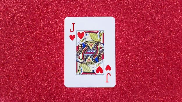 Valet de coeur jouant la carte sur la table Photo gratuit