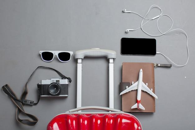 Valise avec accessoires de voyageur Photo gratuit