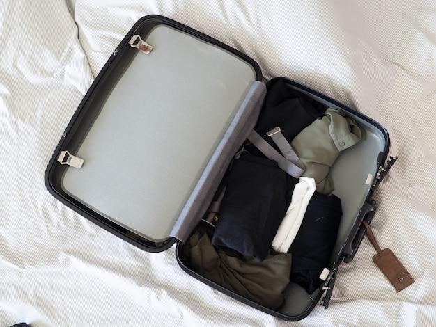 Valise bagages valise prêt à voyager week-end de vacances Photo Premium