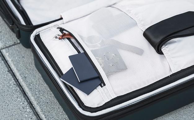 Valise ouverte avec montre passeport et cravate Photo gratuit