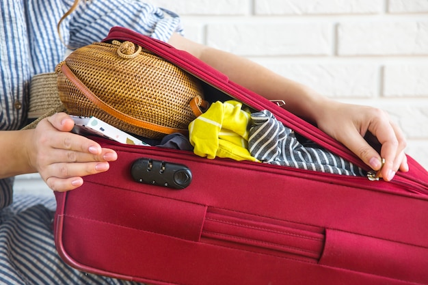 Valise pleine de vêtements pour femmes pour les vacances d'été Photo Premium