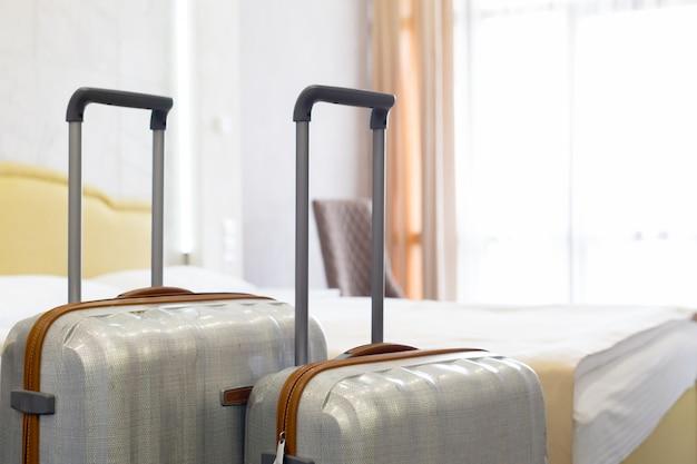 Valise ou sac de bagages dans une chambre d'hôtel moderne Photo Premium
